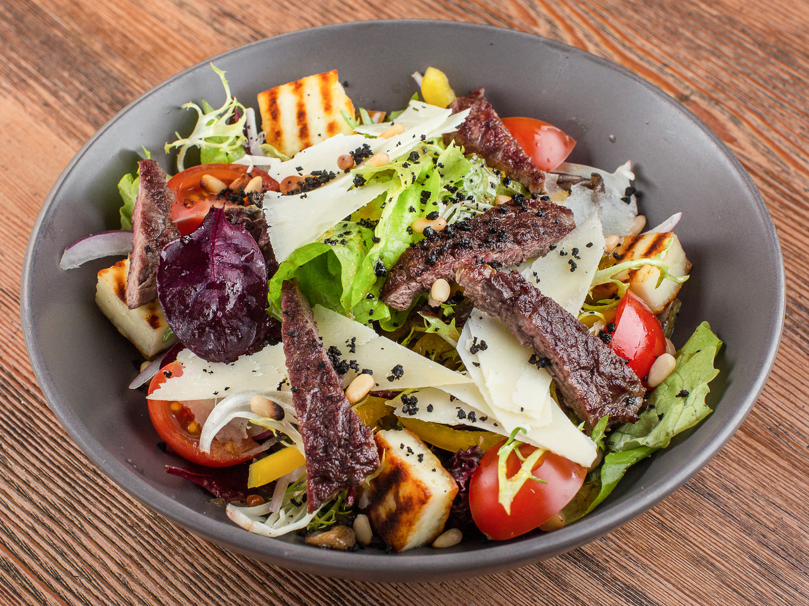 Салат с сезонными грибами и говядиной