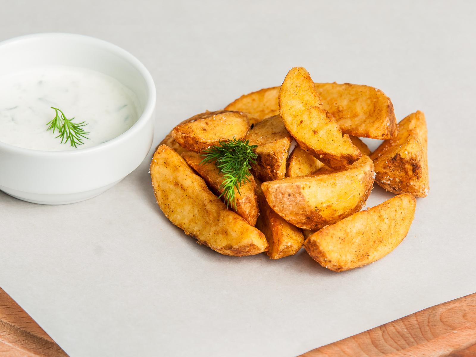 Картофель по деревенски с соусом дзадзики