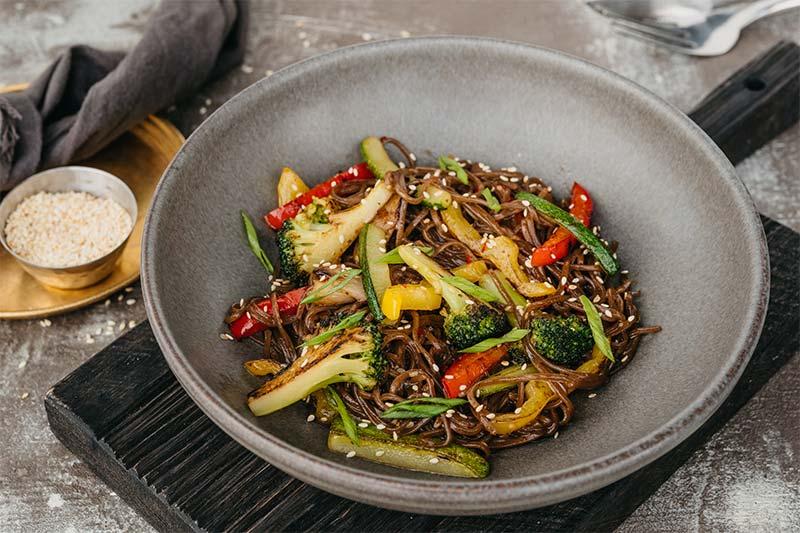 Паста из гречневой лапши с овощами в азиатском соусе