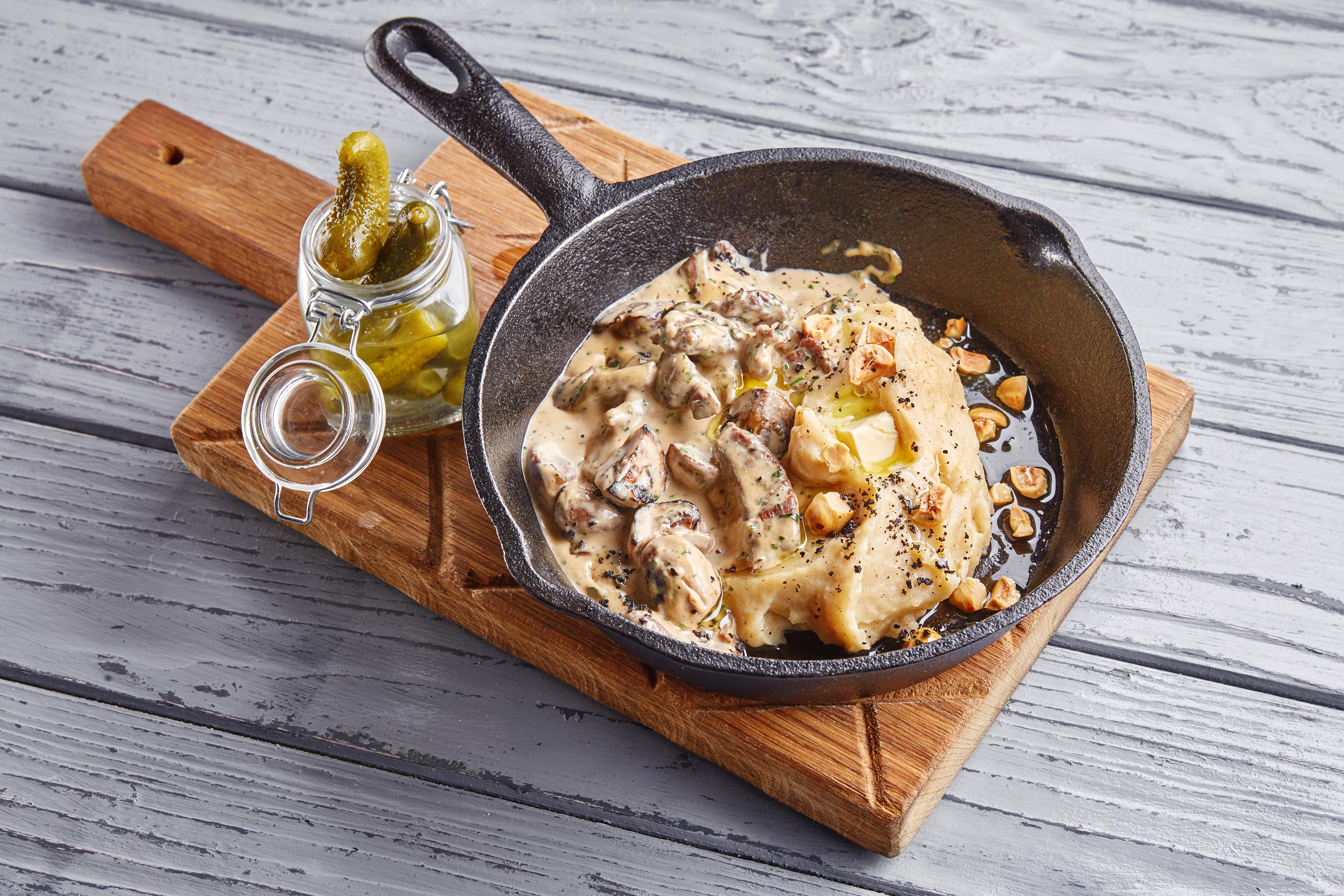 Бефстроганов из говядины в перечном соусе с картофельным пюре и фундуком