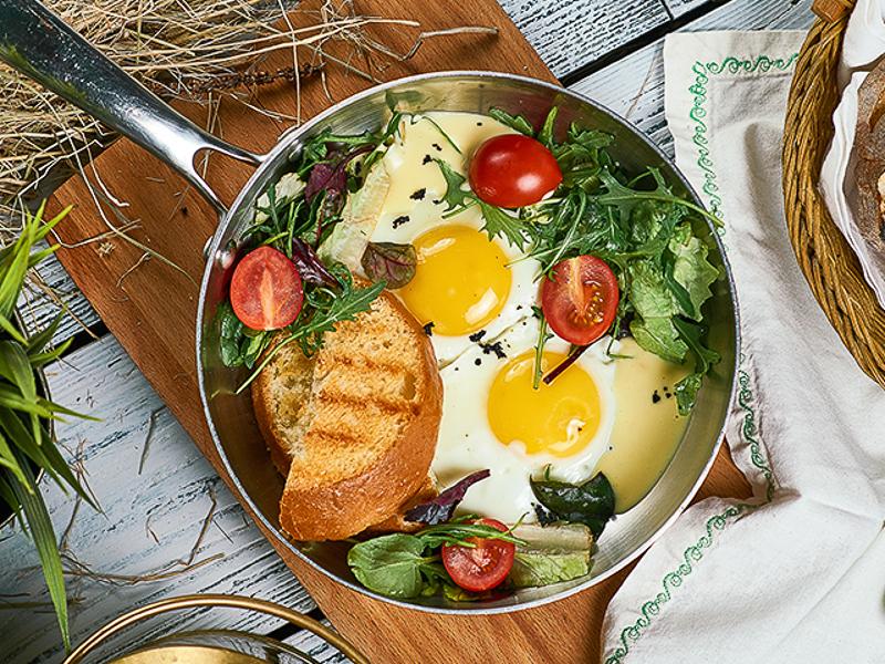 Яичница с сырным соусом и тостами