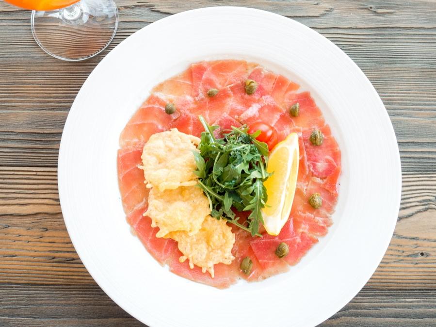 Карпаччо из тунца с чипсами Грано Падано
