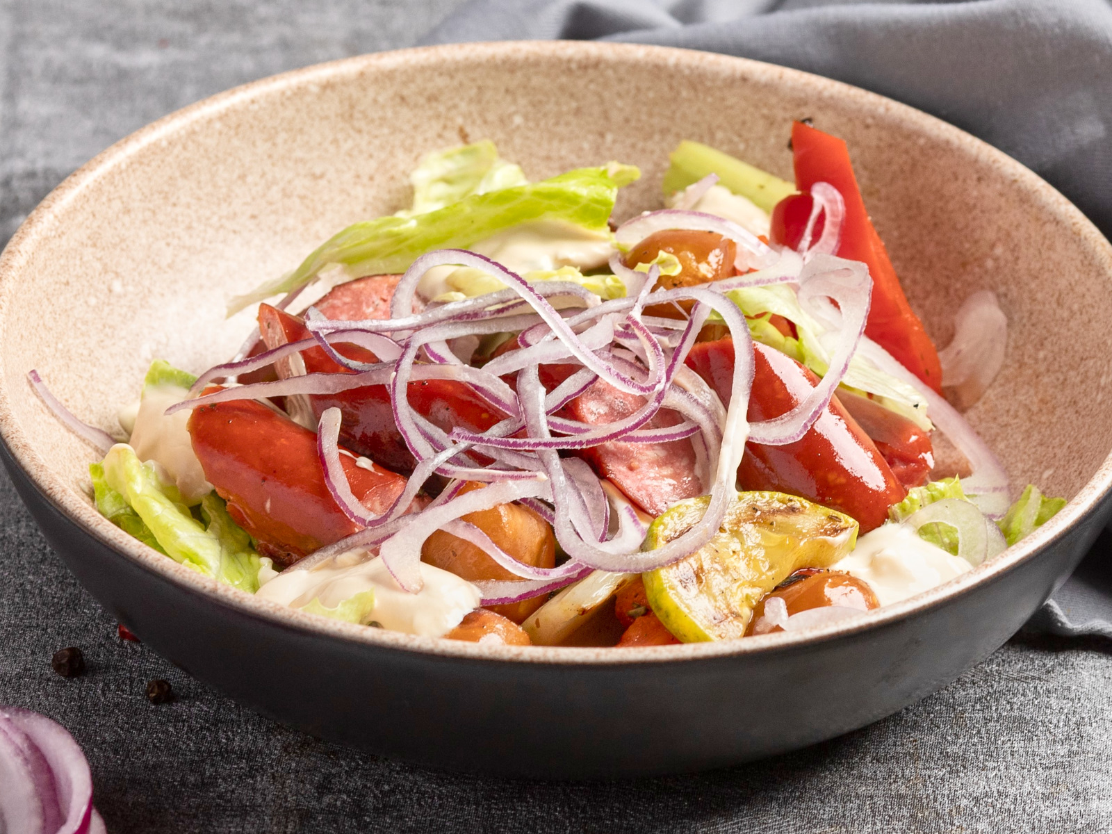 Салат гриль с колбасками