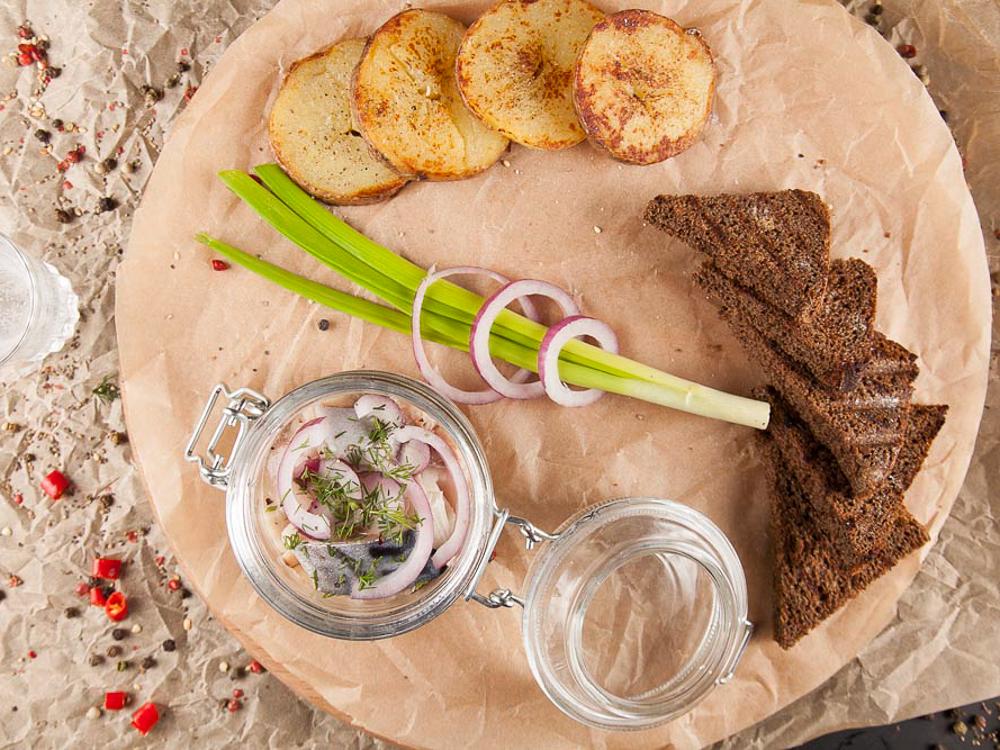 Сельдь маринованная с картофелем