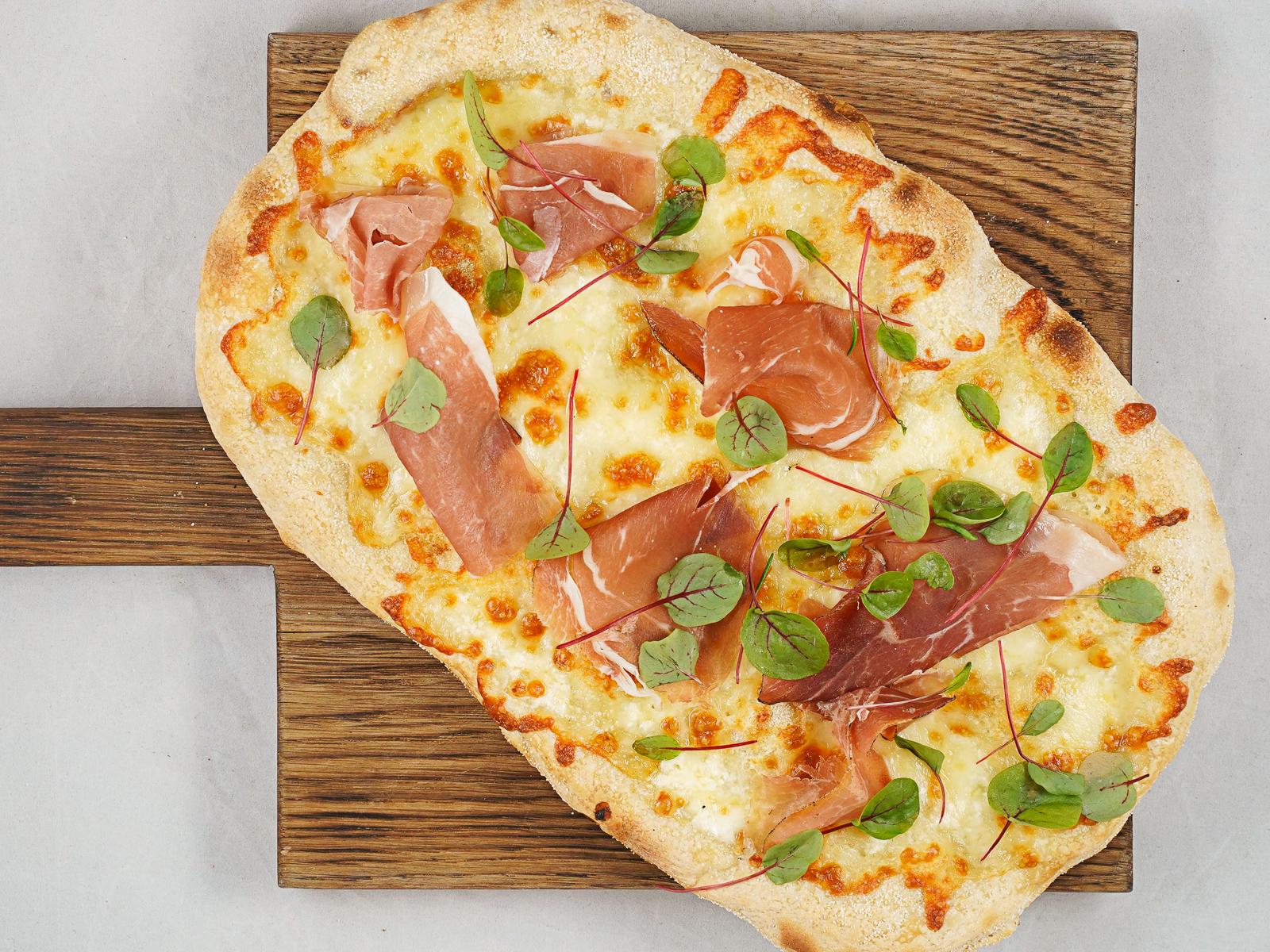 Пиццета с пармской ветчиной и горгонзолой