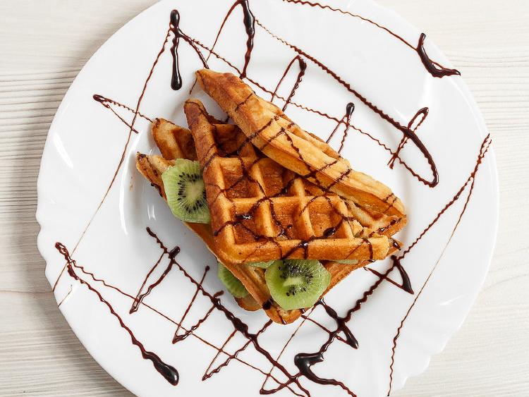 Венские вафли с киви и шоколадом