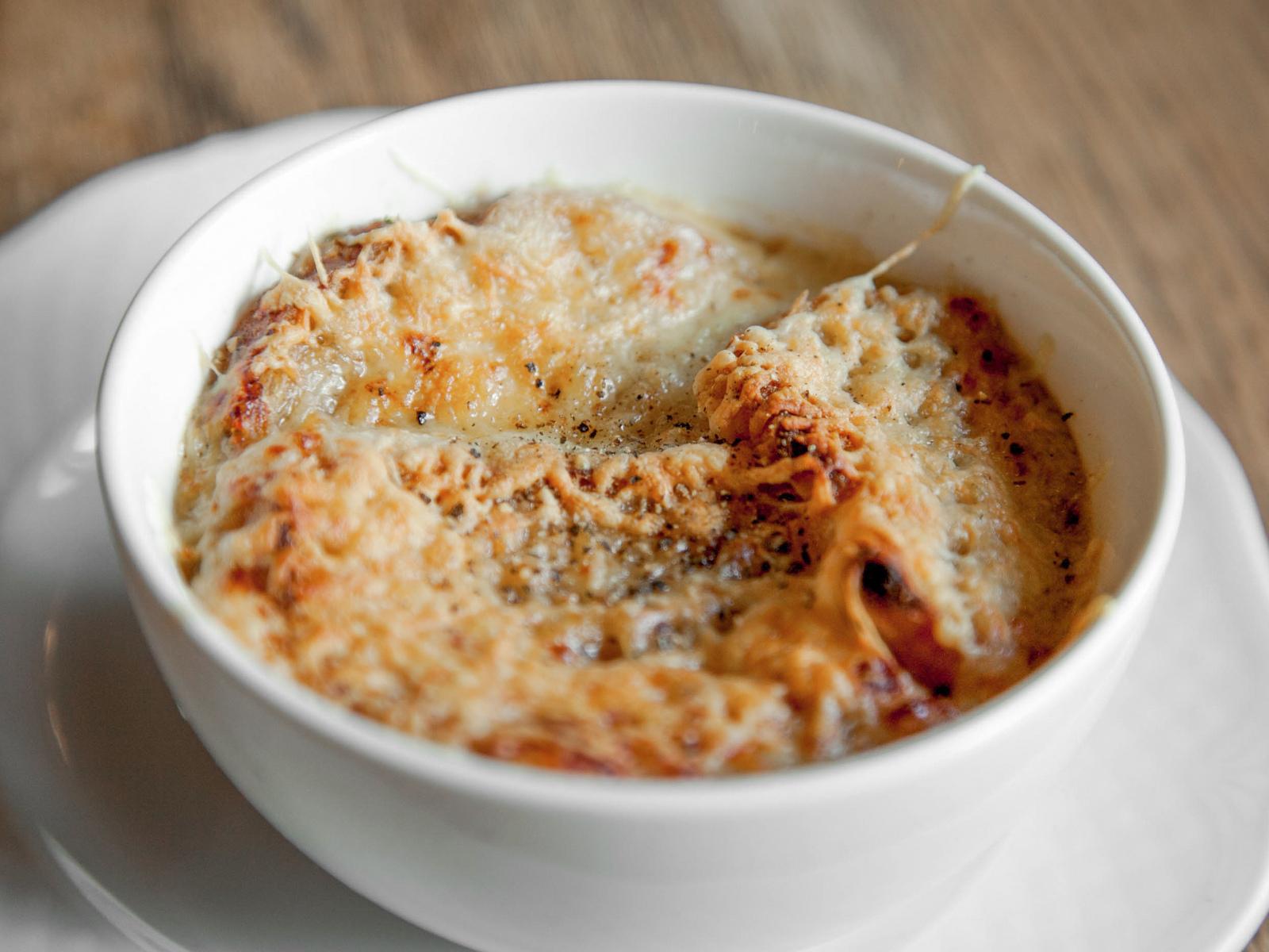 Традиционный луковый суп с запечеными сырными тостами