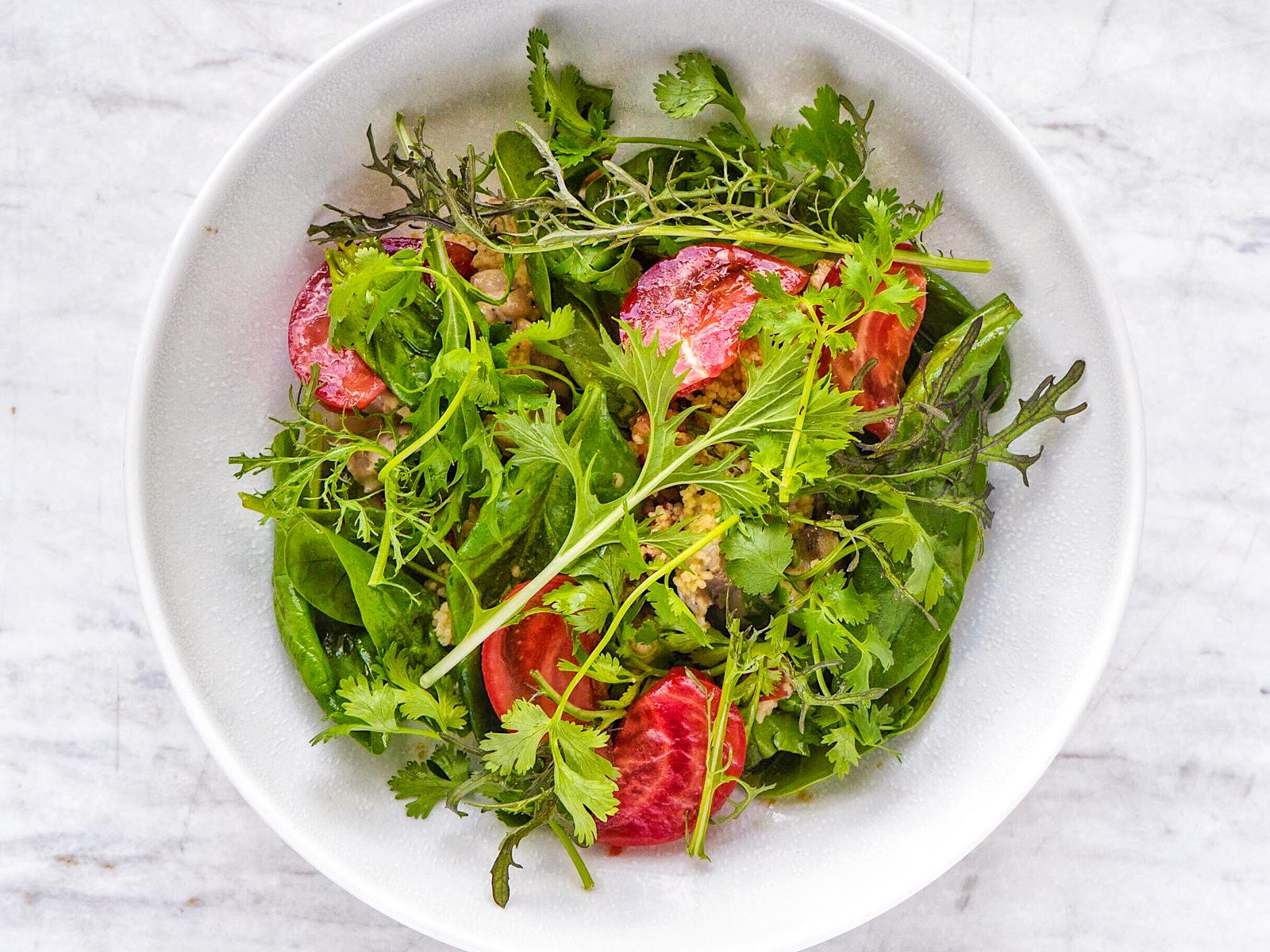 Салат с цыпленком гриль, шпинатом, кускусом и томатами