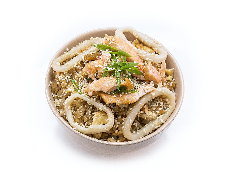 Чесночный рис с лососем и кальмаром