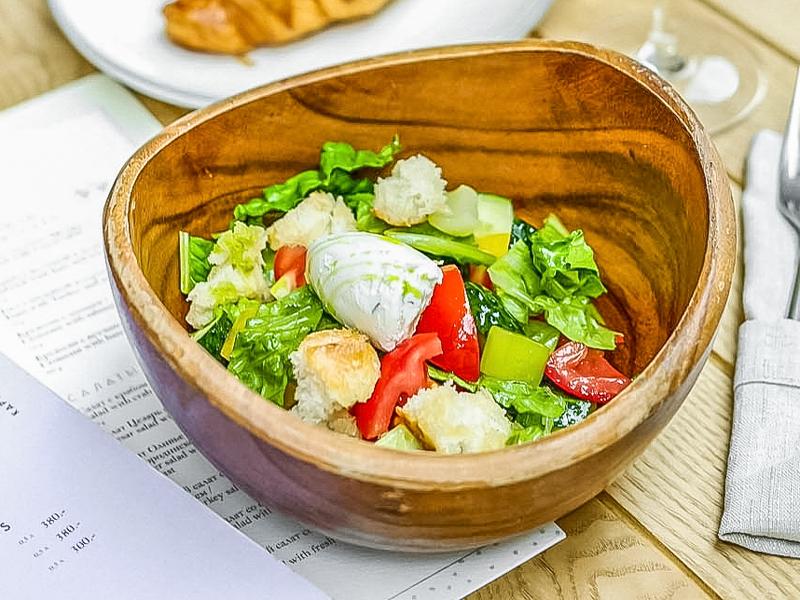 Деревенский салат со свежими овощами