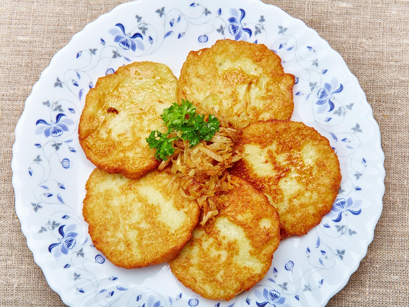 Картофельные драники с жареным луком