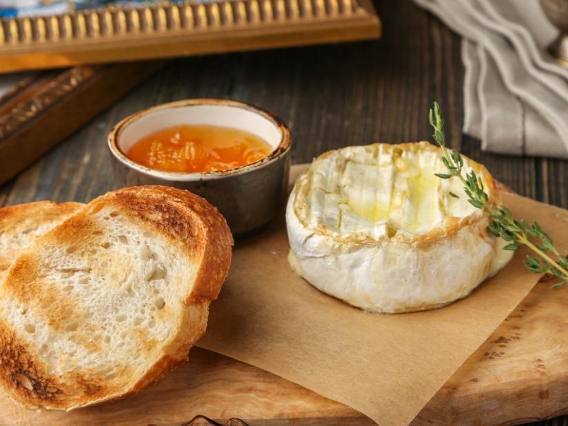Молодой белый сыр, запеченный с тимьяном
