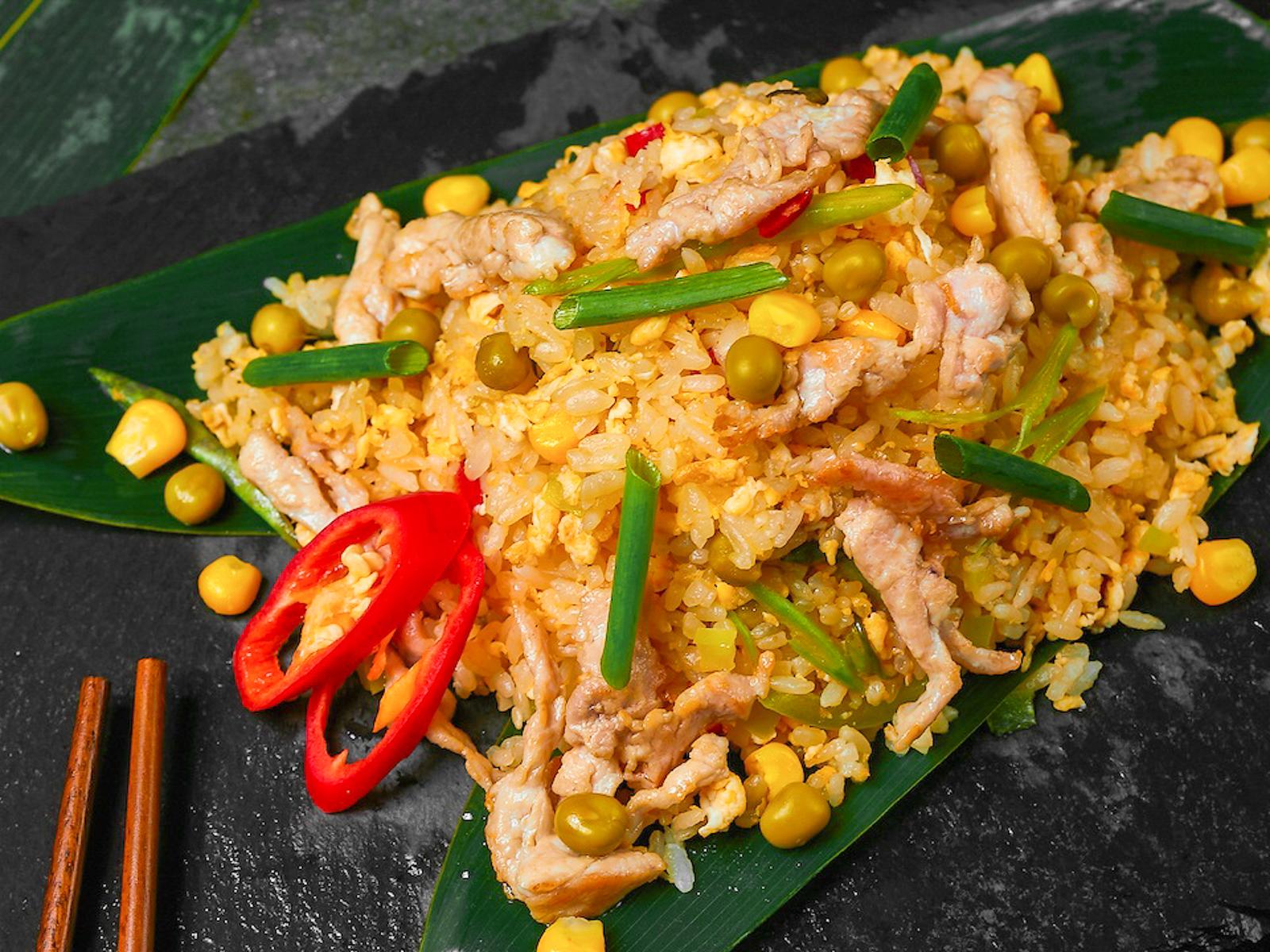 Рис жареный с курицей и овощами