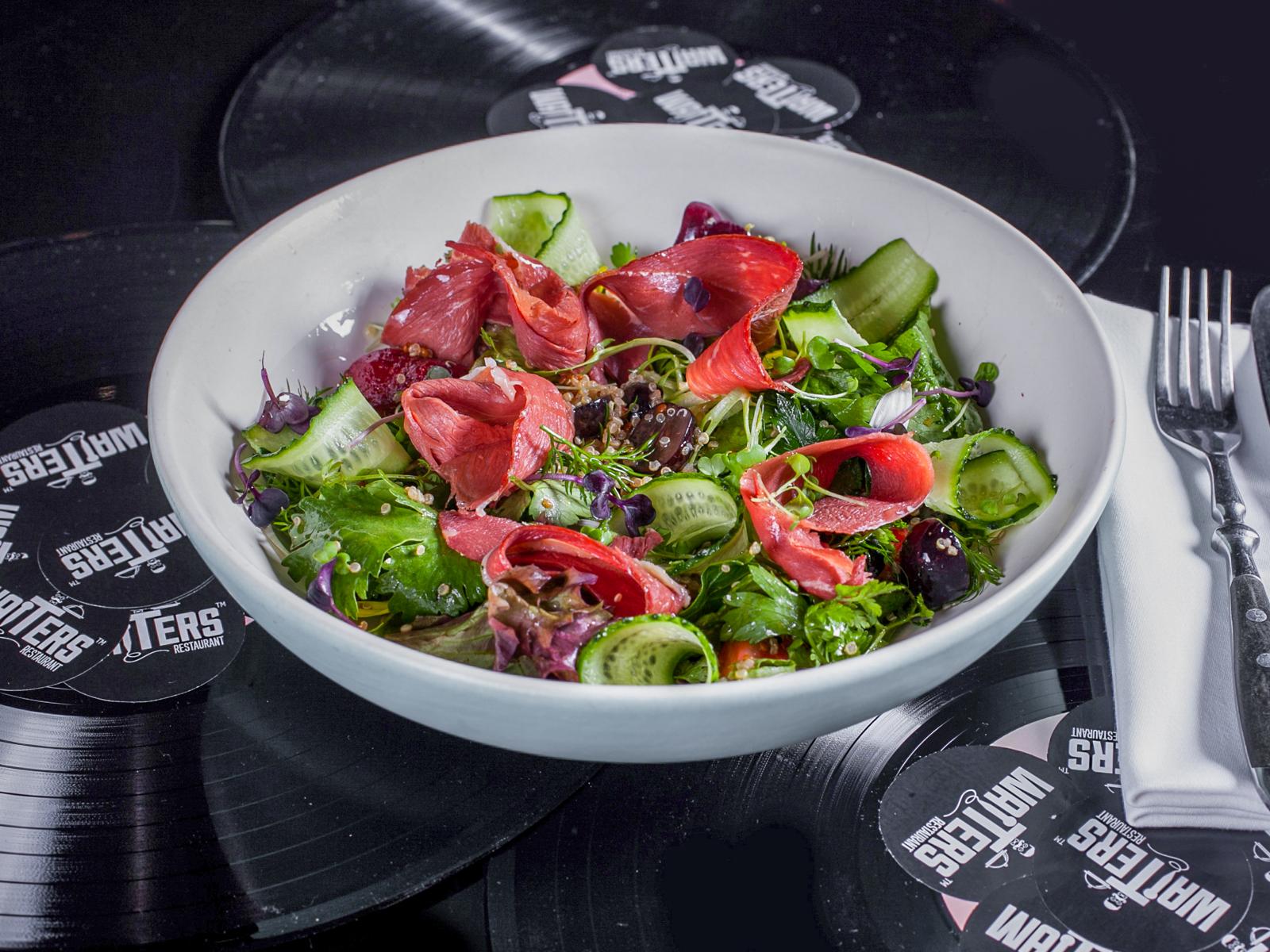 Салат с копченой утиной грудкой и клубникой
