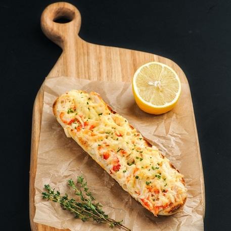 Багет с запеченым камчатским крабом в сырном соусе