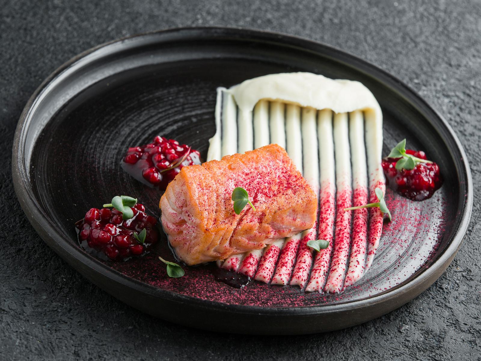 Филе лосося с пюре из цветной капусты
