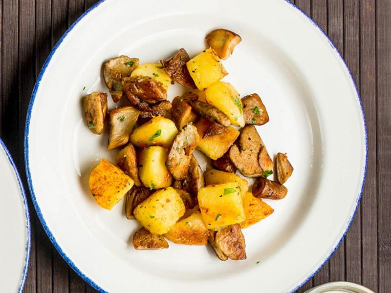 Картофель, жаренный с белыми грибами