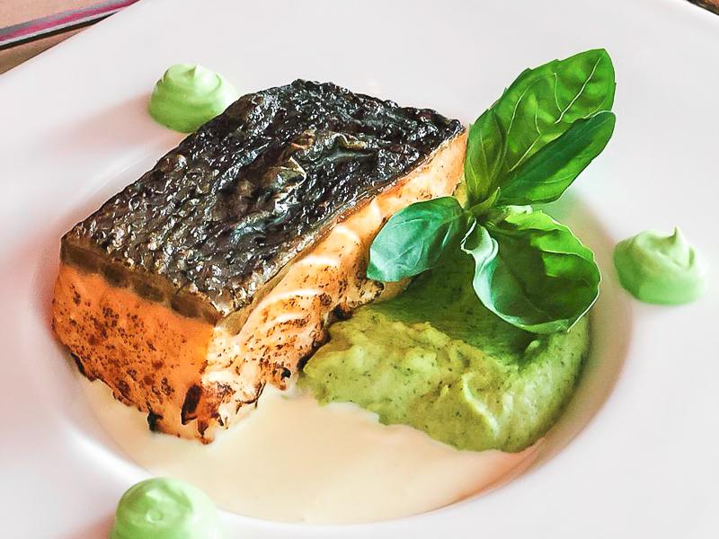 Стейк из лосося с пюре из брокколи