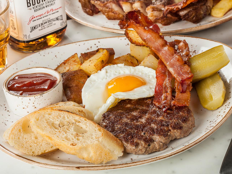 Бифштекс с яйцом и беконом