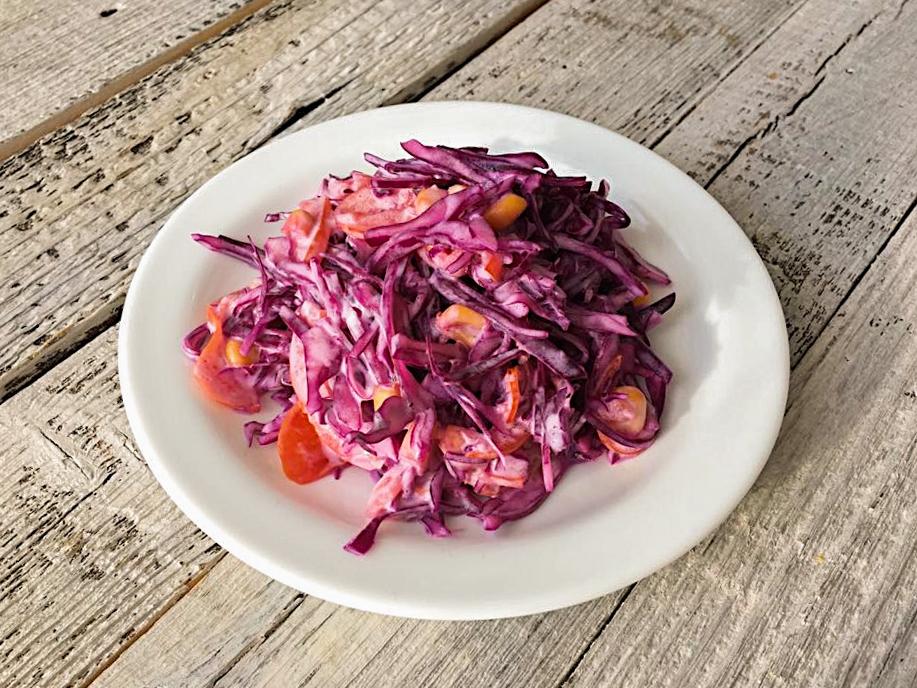 Салат с красной капустой со сметаной