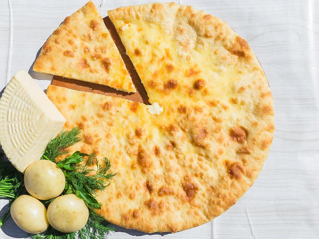 Осетинский пирог с картошкой, луком и грибами