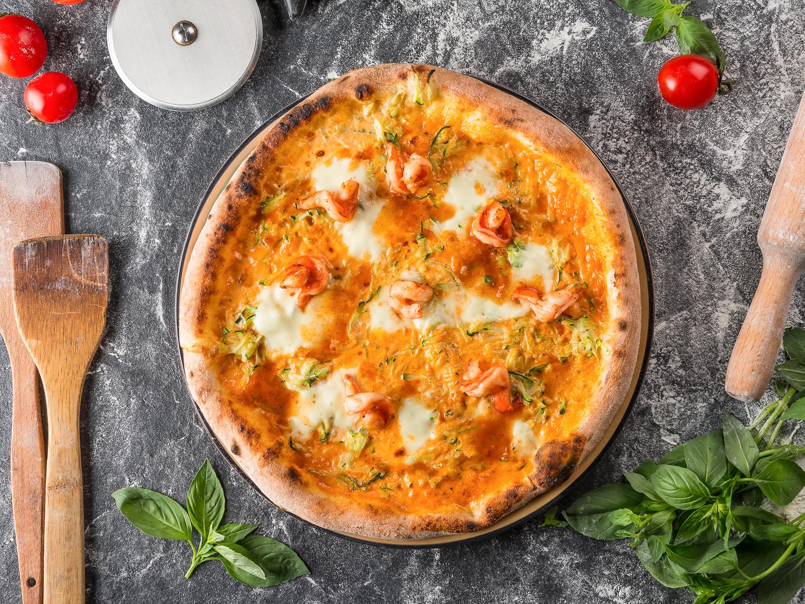 Пицца с креветками и цукини
