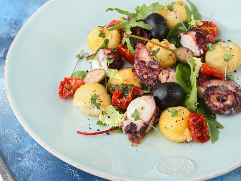 Теплый салат с осьминогом и картофелем