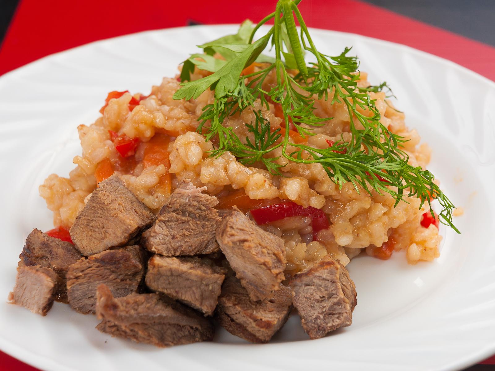 Чесночный рис по-тайски с говядиной