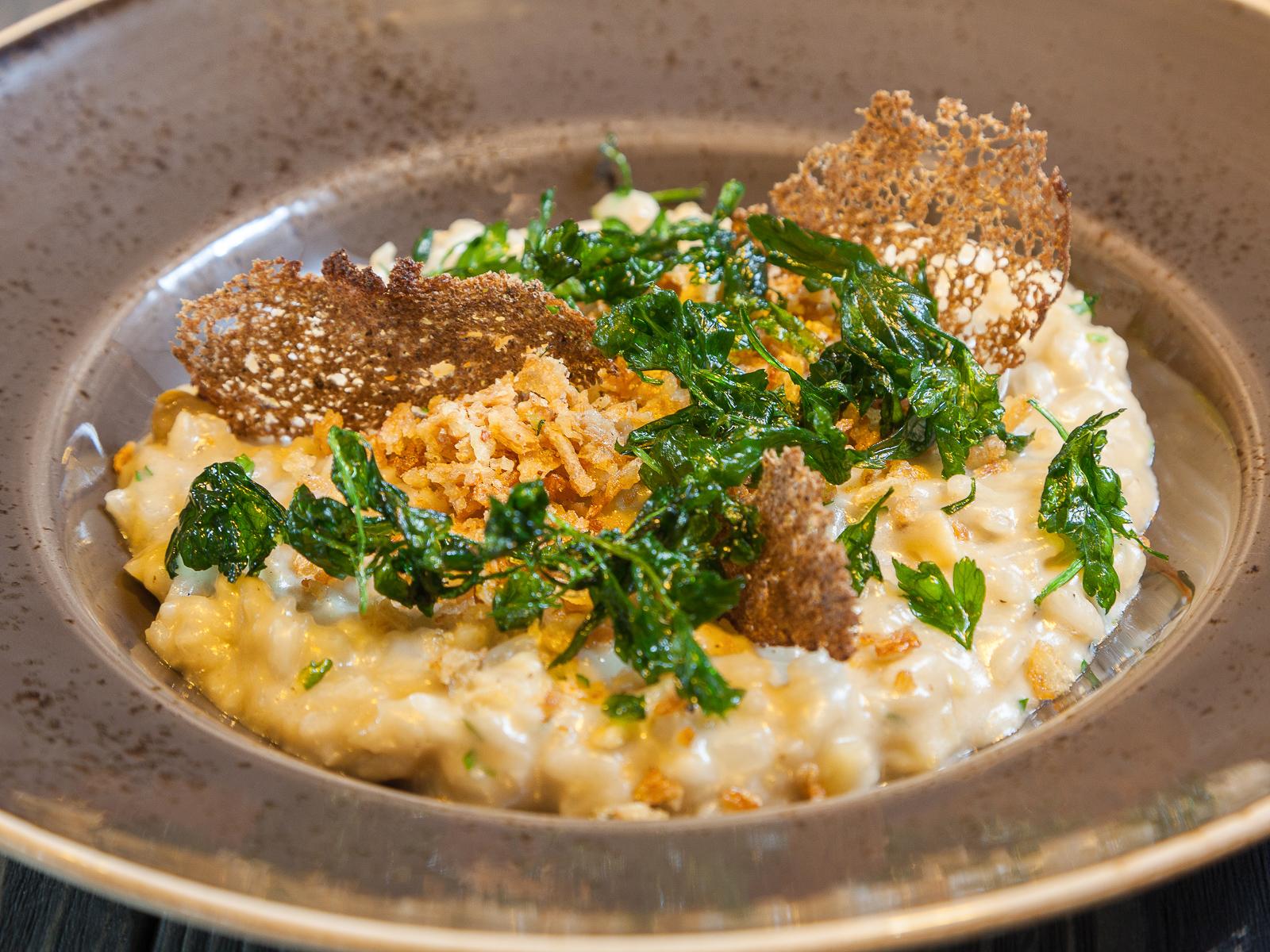 Ризотто с белыми грибами, трюфельным маслом и хрустящим луком