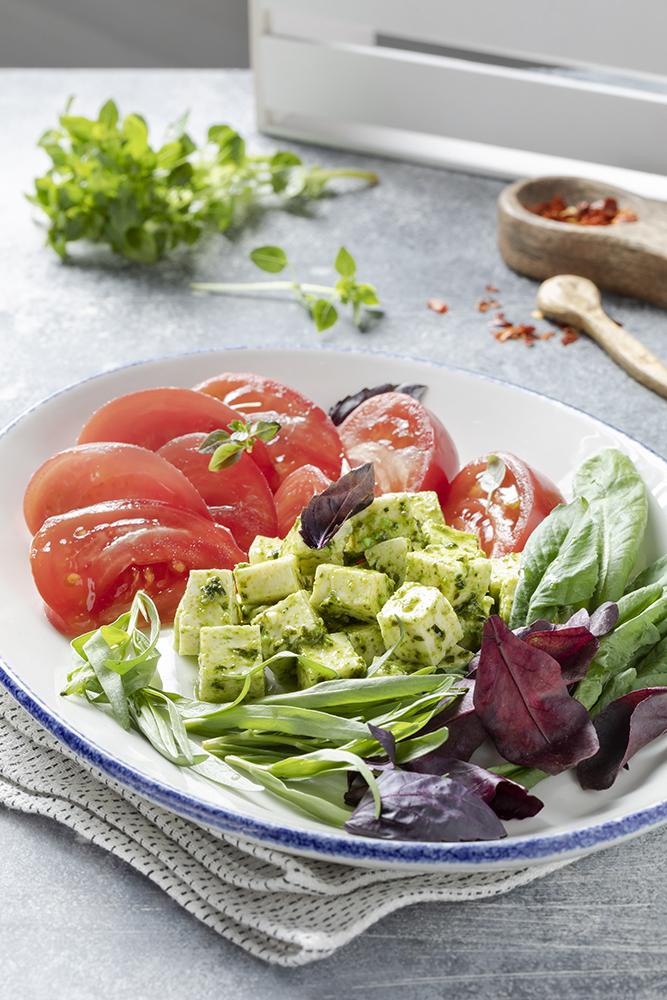 Салат со спелыми томатами и тархуном