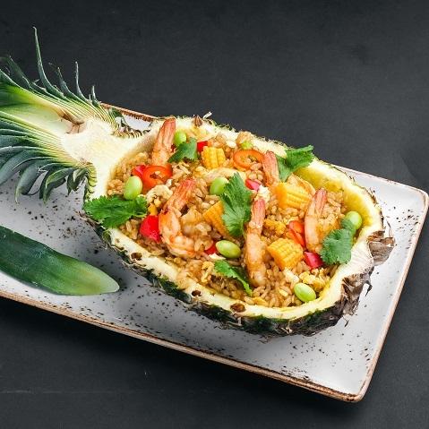 Рис по-тайски в ананасе с креветками