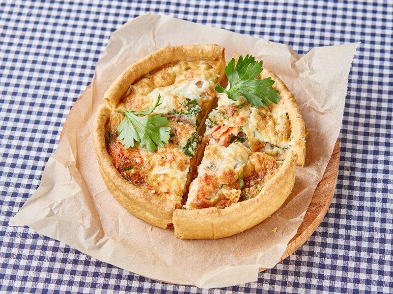 Пирог с диким лососем и шпинатом