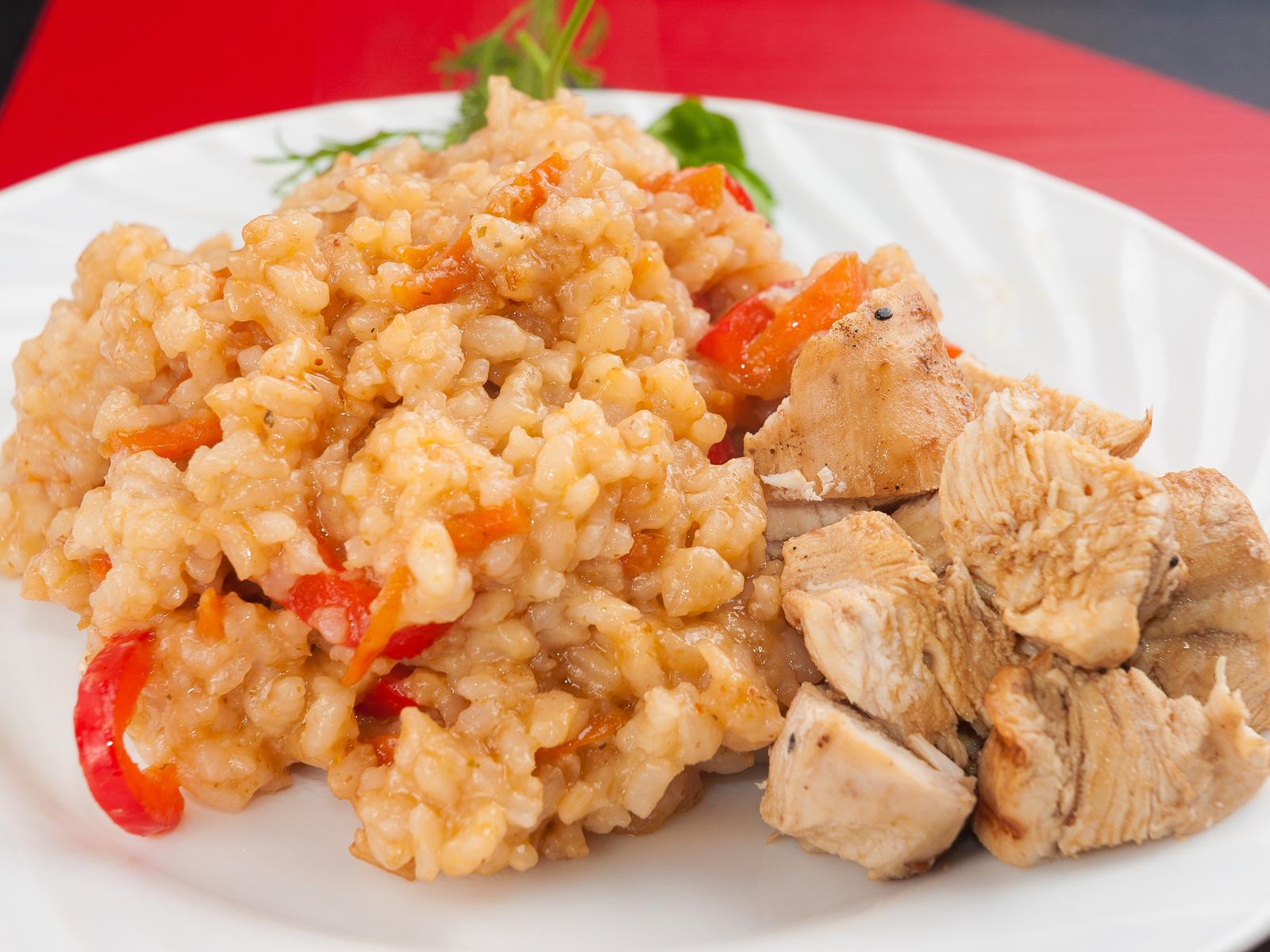 Чесночный рис по-тайски с курицей