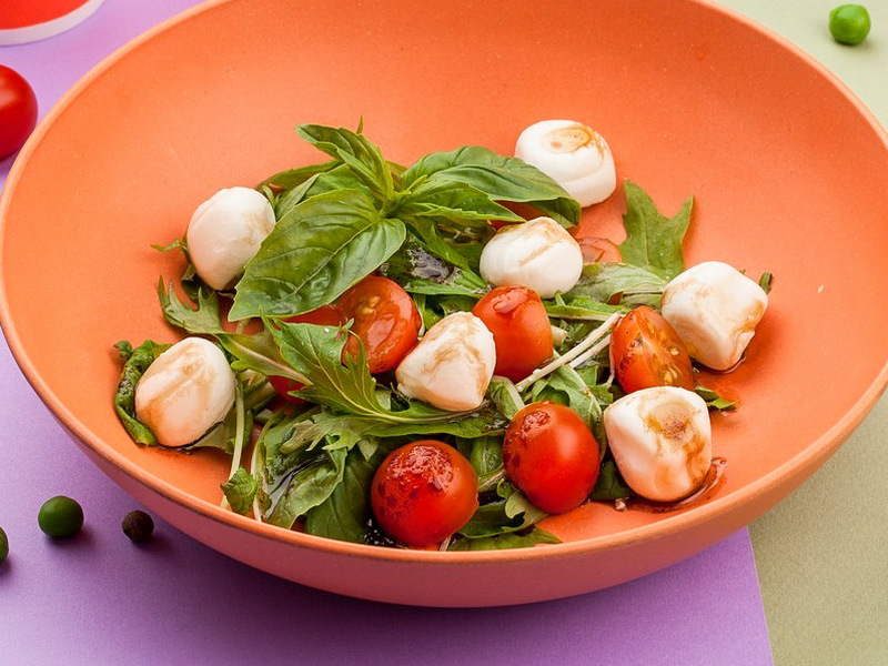 Моцарелла с томатами черри и рукколой