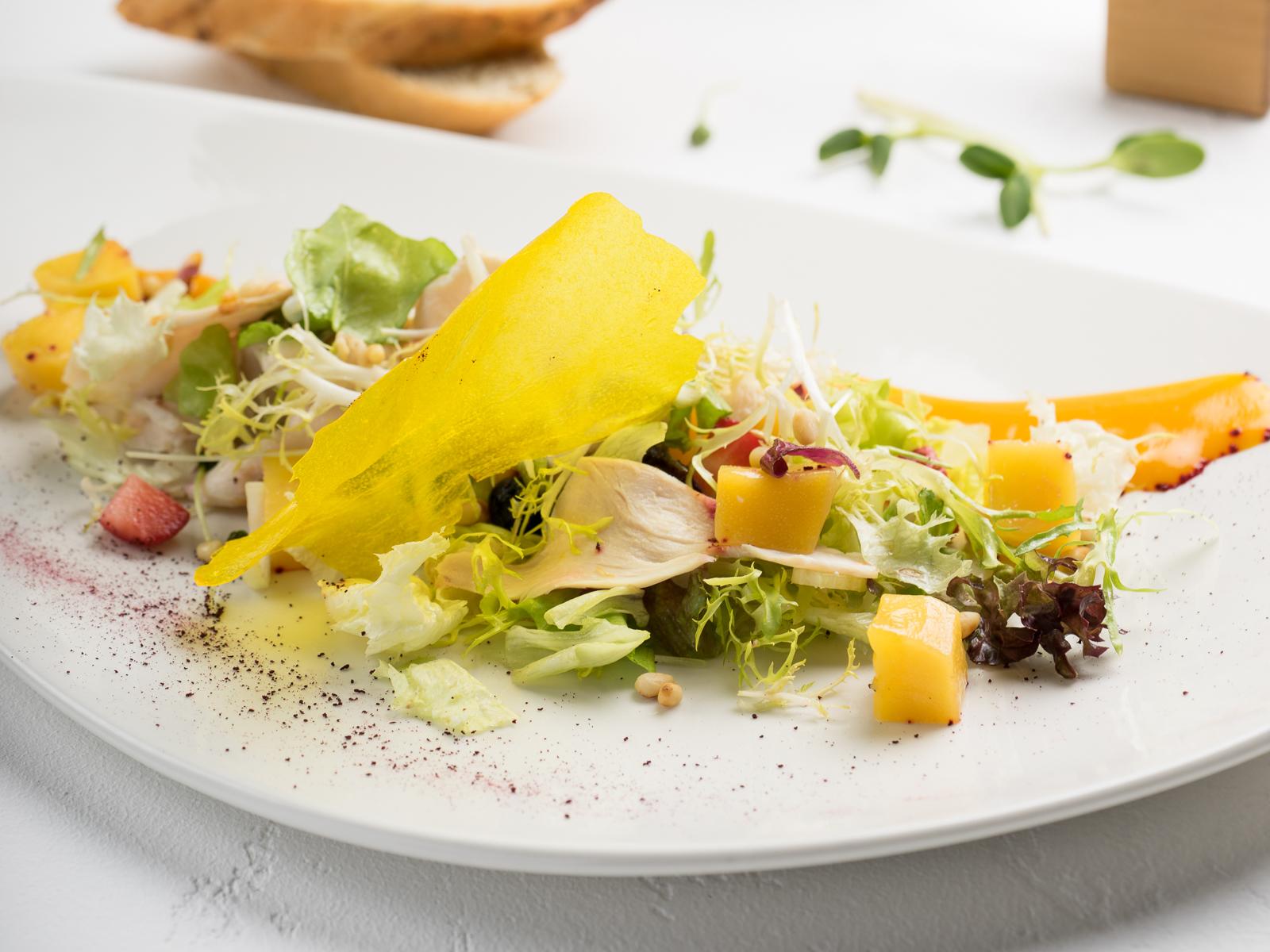 Салат с куриной грудкой су-вид и манговым соусом