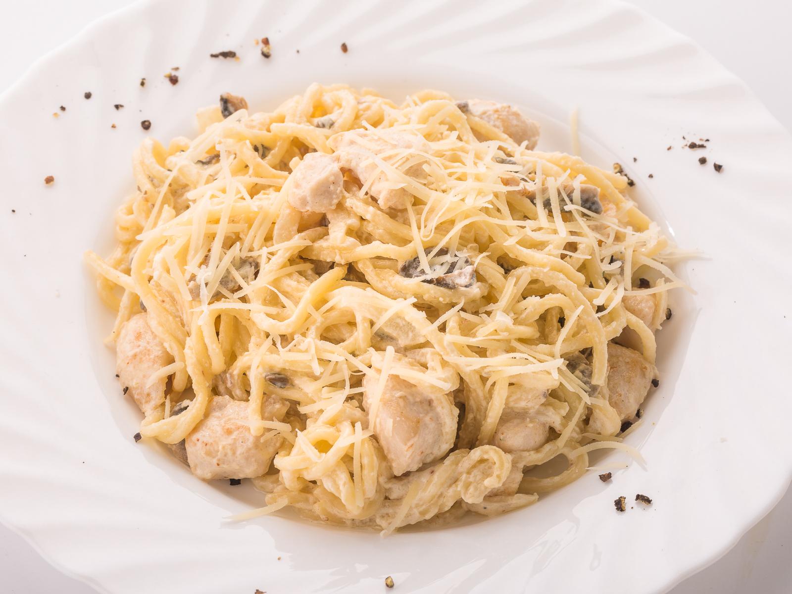 Спагетти с курой и грибами