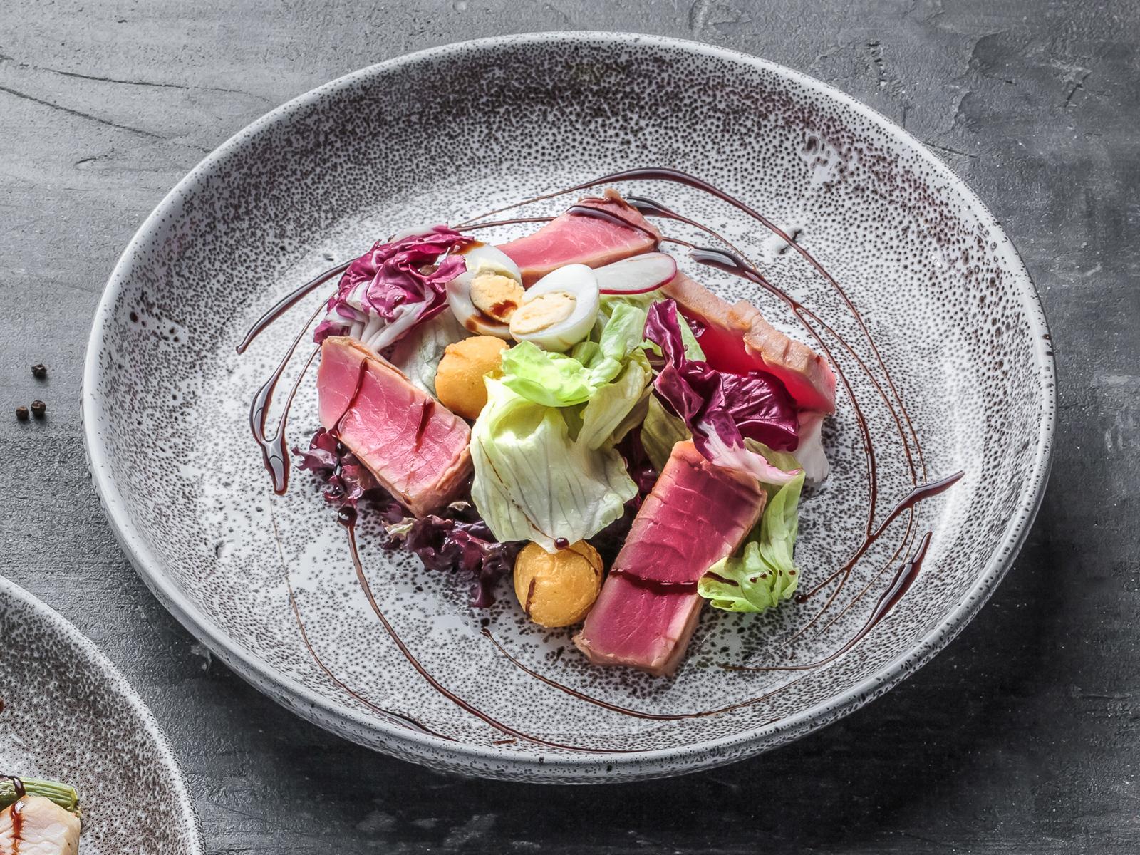 Салат с тунцом гриль