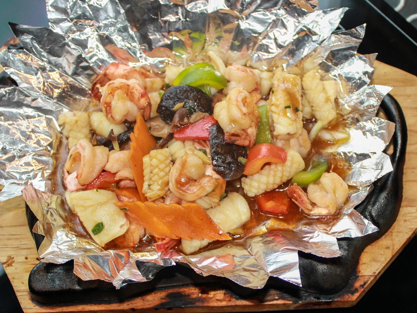 Креветки и кальмары в чугунной сковороде