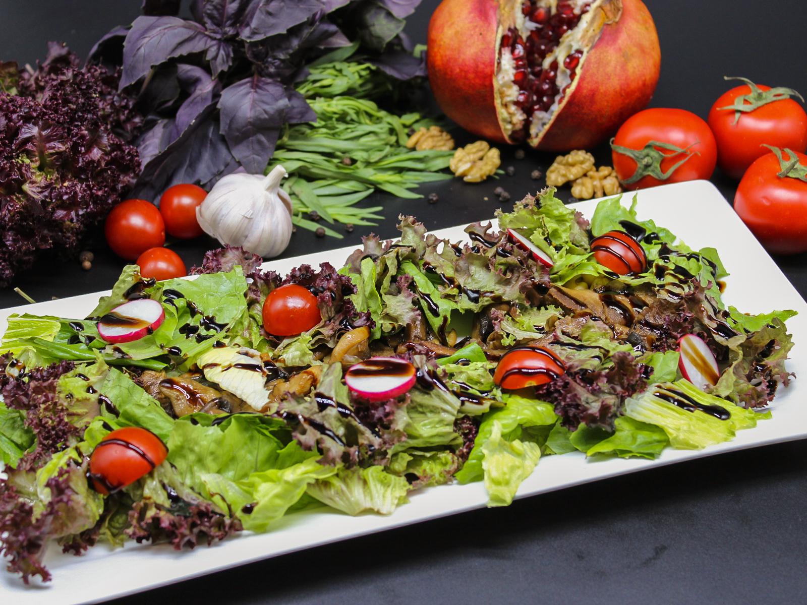 Теплый салат с язычками ягненка и лесными грибами