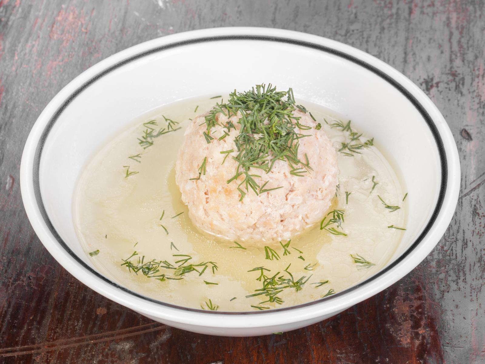 Куриный суп с большой фрикаделькой и яйцом