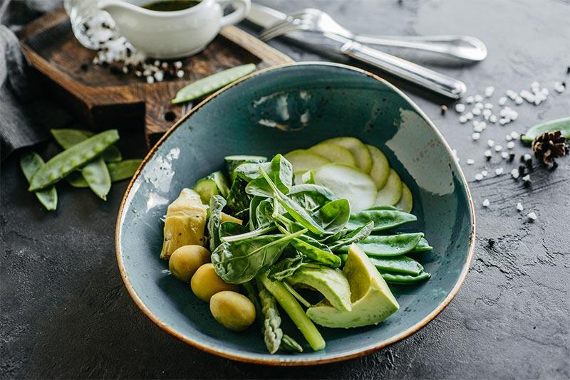 Зеленый салат с авокадо