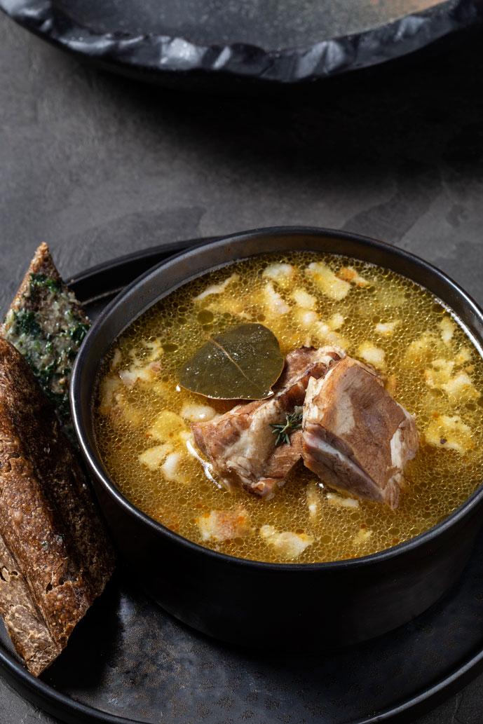 Гороховый суп со свиными ребрами и беконом