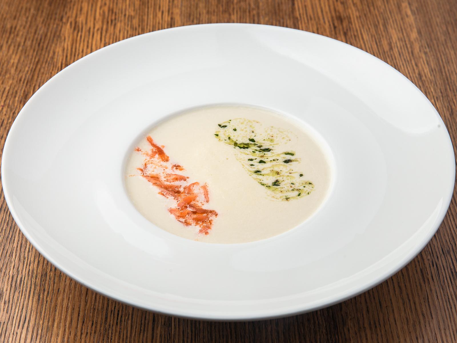 Крем-суп из цветной капусты с копчёной сёмгой