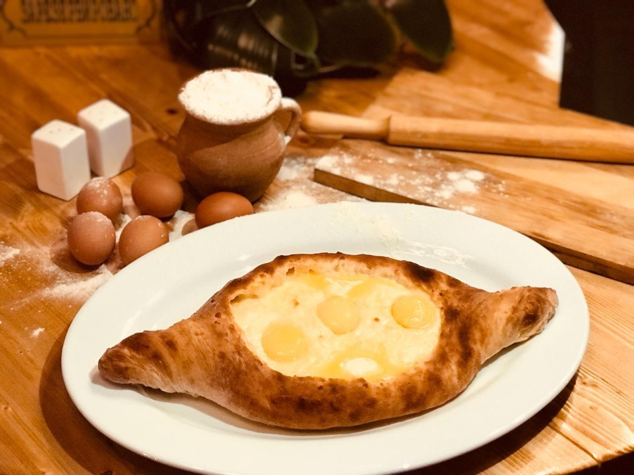 Хачапури по-аджарски с сыром и яйцом ХХL