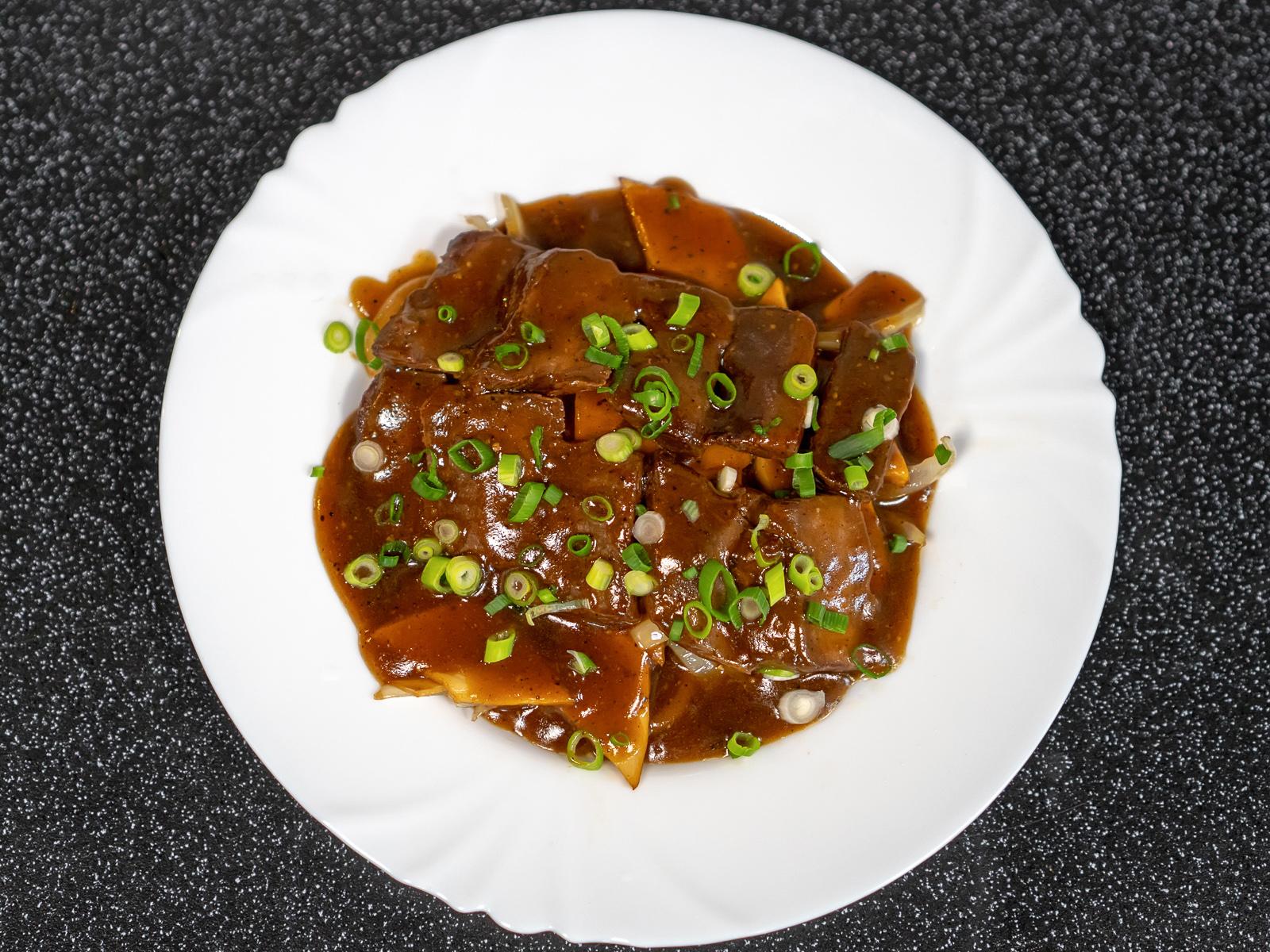 Говядина в темном соусе с грибами
