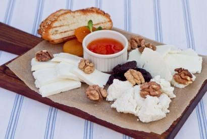 Домашний козий и коровий сыр с вареньем из абрикосов