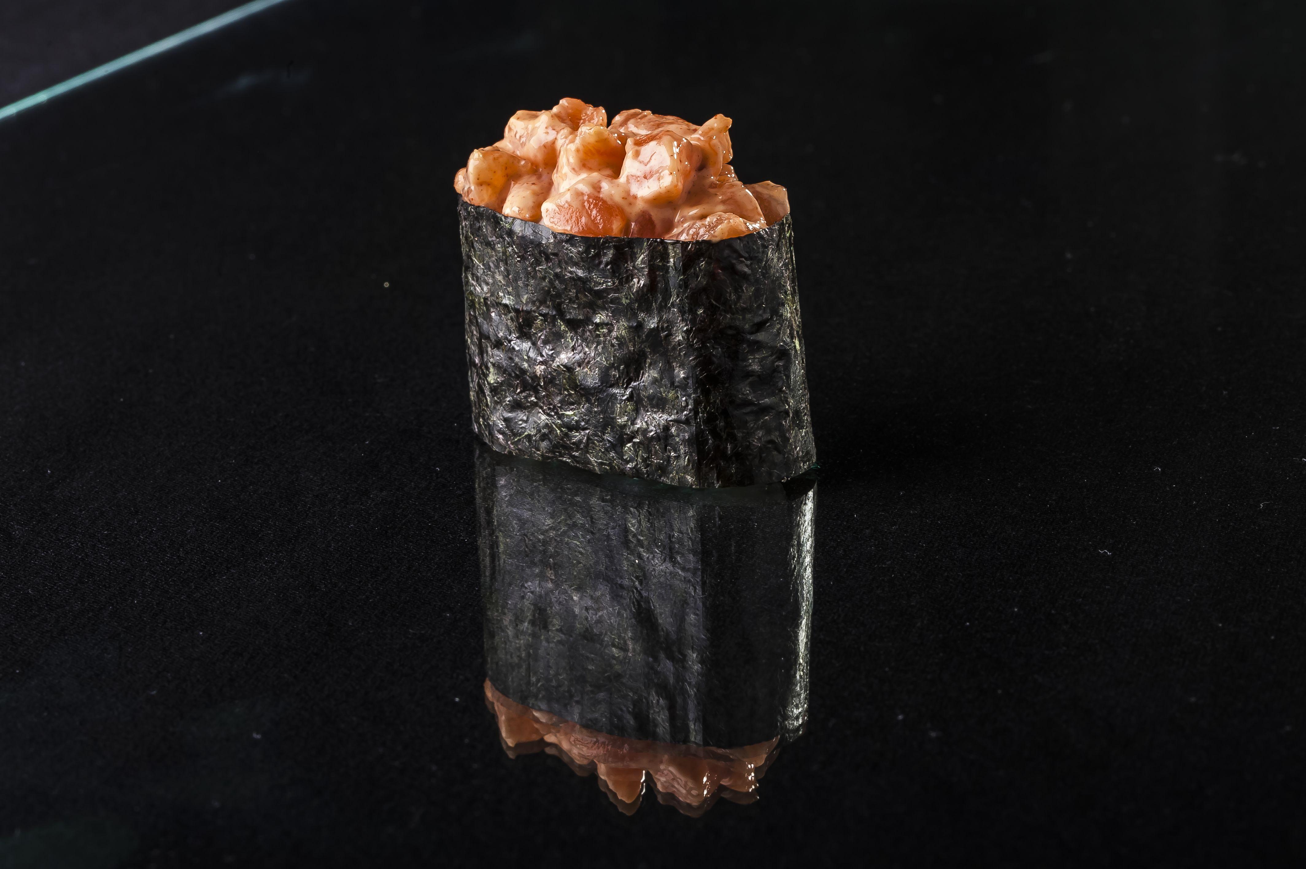 Гункан в нори с острым лососем