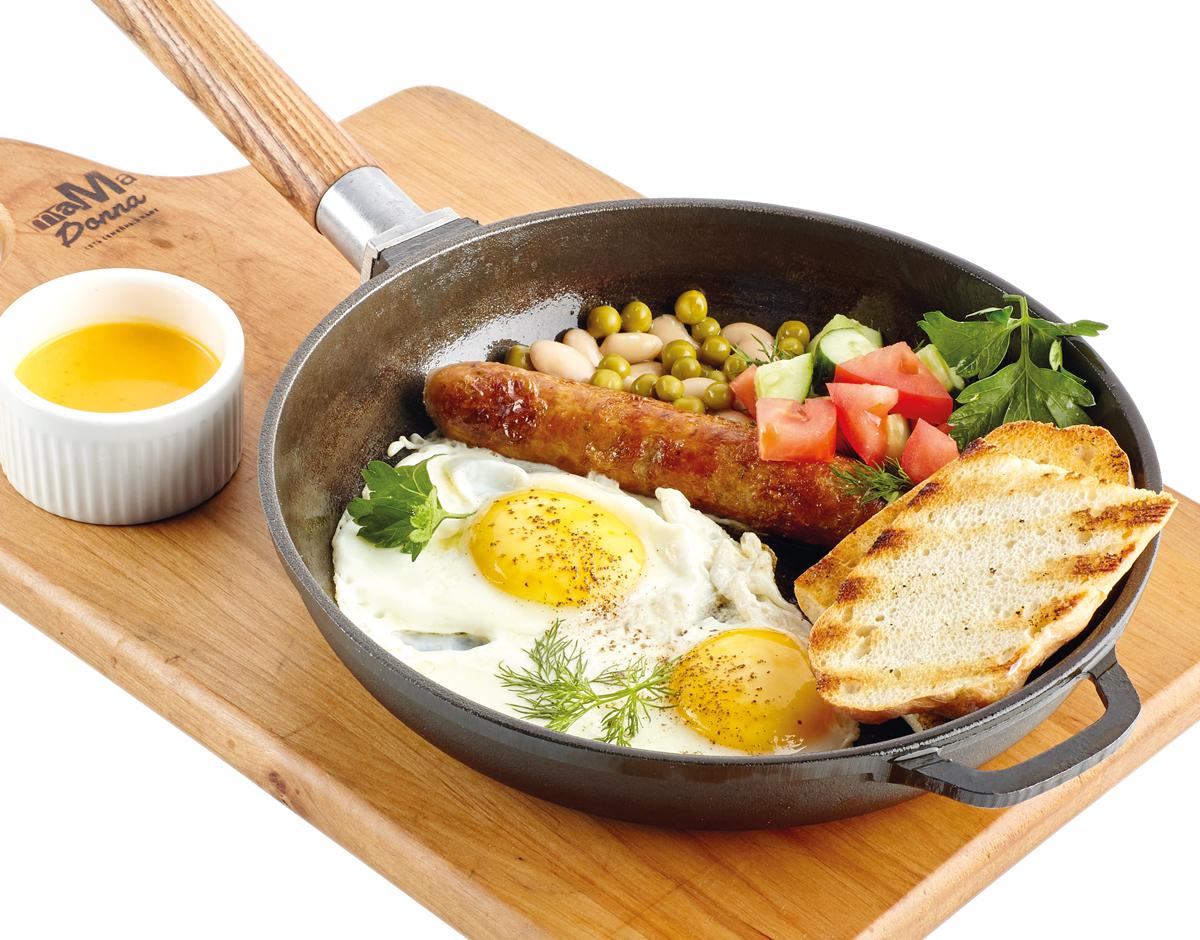 Яичница с колбаской и овощами