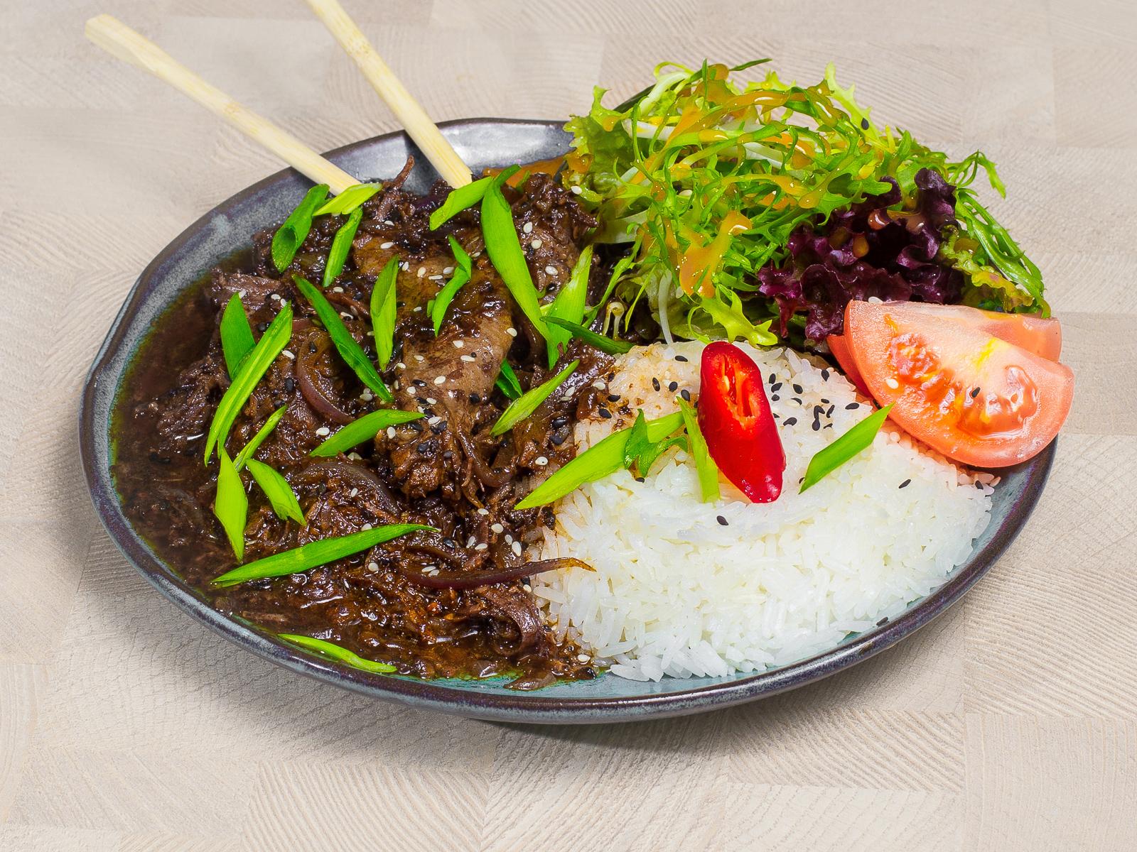 Говядина в соусе Черные бобы с рисом