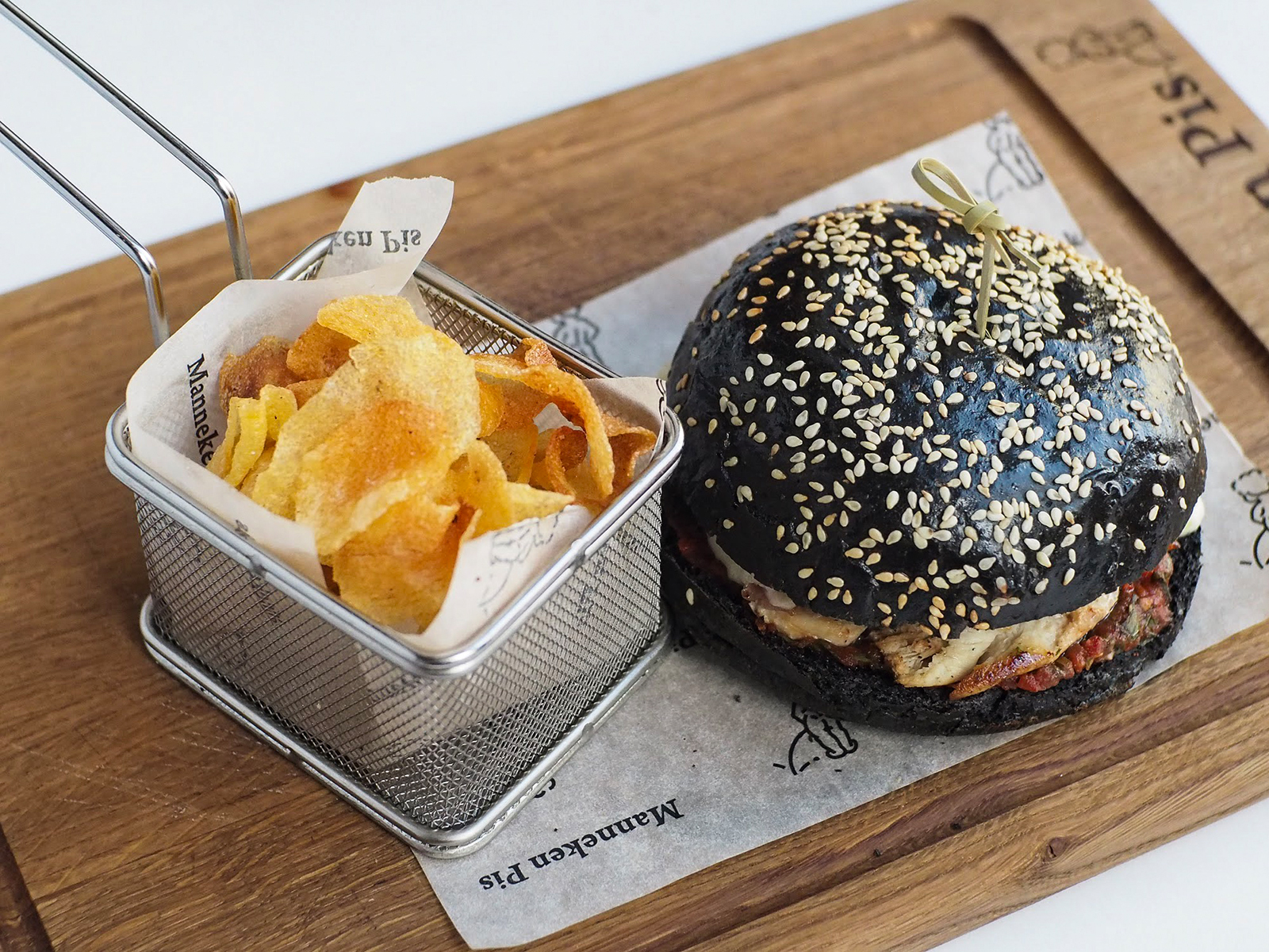 Черный бургер с куриным филе и беконом